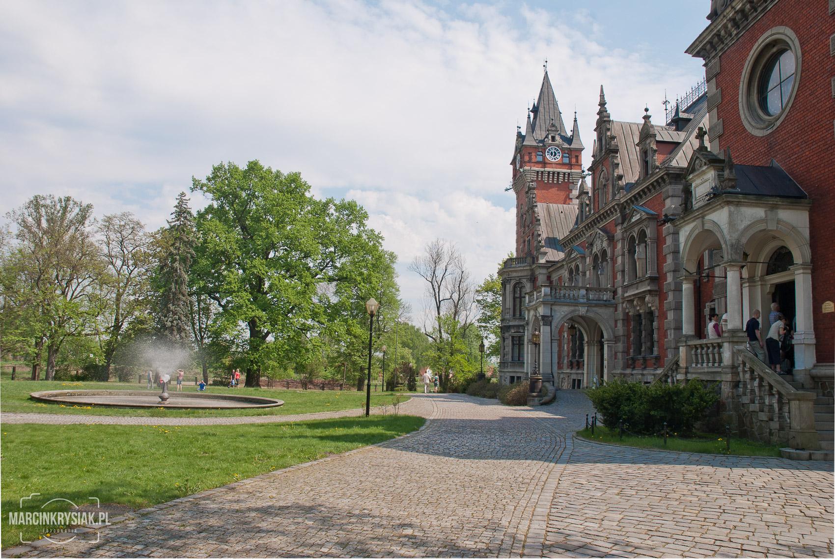 Zespó³ pa³acowo-parkowy w P³awniowicach, od strony wej¶cia, fontanna
