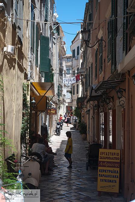 wąska uliczka, Korfu, Grecja